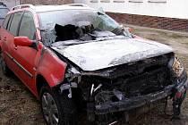 Renault, který vzplál ve středu na Erbenově ulici v Hodoníně.