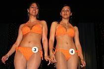 Dvě nejkrásnější Romky roku 2009 při promenádě v plavkách. Vlevo vítězka soutěže Aneta Kančiová