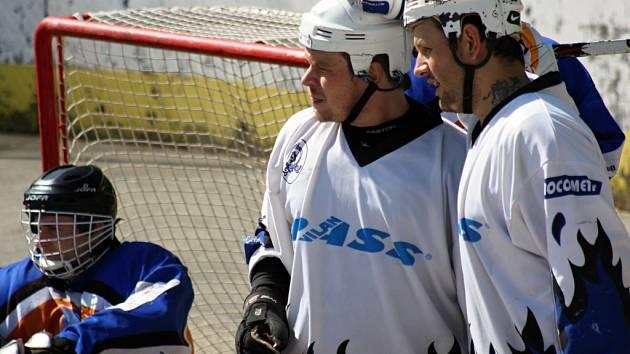 Hokejbalisté Rigumu Michal Rapant (vlevo) a Tomáš Hübl se radují. Obhájce trofeje vstoupil do finálové série výhrou 6:3.