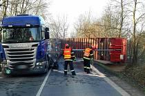 Převrácený návěs kamionu s obilím na silnici 426 u Strážnice ve směru na Bzenec.