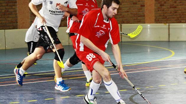Florbalisté Bzence (v červených dresech) prohráli v Jihomoravské lize s Ratíškovicemi 3:7 a v tabulce klesli za Dubňany na předposlední příčku.