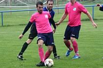 Zkušený útočník Gabriel David (u míče), který se vrátil k fotbalu po několika měsících, druhým gólem pomohl Kostelci k výhře nad Dolními Bojanovicemi.