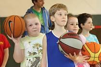 Pětadvacet dětí trénuje v tělocvičně Základní školy Vančurova dvakrát týdně. O kluky a holky ročníků 2006, 2007 a 2008, kteří si říkají Tygři Hodonín, se starají trenéři Ondřej Navrátil, Jan Čechovský a Lukáš Závodný.