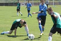 Fotbalisté Kyjova (v modrých dresech) na hřišti ve Vlkoši remizovali v derby s Ratíškovicemi 2:2. Všechny branky padly v prvním poločase.