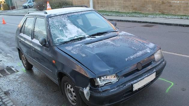 Mladá řidička felicie jela s namrzlými skly, na přechodu srazila chodkyni.