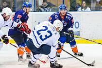 Hodonínští hokejisté (v modrých dresech) porazili Nový Jičín 3:1 a ve východní skupině druhé ligy se udrželi na čtvrtém místě tabulky.