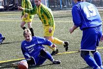 Útočník Moravan Petr Zbořil (v modrém) se ocitl v zápase se Strážovicemiv nefotbalové pozici.