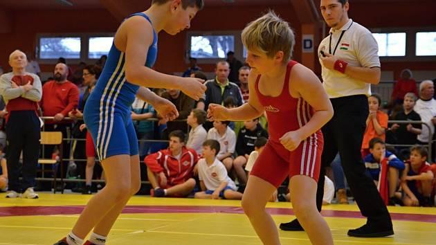 Jasnou hvězdou Memoriálu Josefa Korycha v Kladně se stal Filip Bartošík (v červeném dresu), který zvítězil v nejobsazenější váhové kategorii do devětatřiceti kilo.