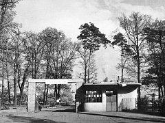 Brána podniku Lacrum pred rokem 1970.