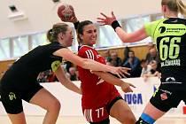 Házenkářky Veselí nad Moravou (v červených dresech)  prohrály v Písku 23:38 a v nejvyšší soutěži skončí poslední.