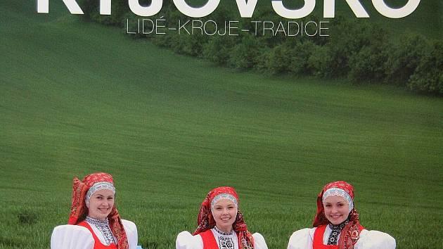 Fotograf Vladimír Židlický vydal knihu, jak sám říká, o lidech, kteří jsou na pozadí krojů současnými nositeli tradic a odkazu svých předků.