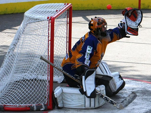 Hokejbalový brankář Libor Krýsa chytá ve dvou soutěžích. Rigumu ani hodonínským Vlkům se ale zatím příliš nedaří.
