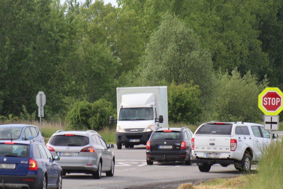 Situace na pánovské křižovatce v pondělí ráno při pohledu ze směru do Ratíškovic do Hodonína.