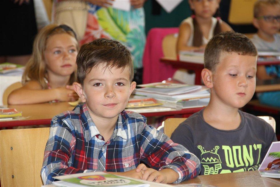 Svůj první školní rok zahájili žáci prvních tříd v Hodoníně. Do školních lavic čtyř základní škol jich usedlo 214. Starosta města je slavnostně pasoval na prvňáčky