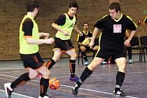 Futsalisté Dubňan Miloš Albert (vlevo) a Michal Jílek (uprostřed) sice při této akci na bránícího Lukáše Vrbu vyzráli, Oranjes ale nakonec dvoubrankový náskok ztratili.