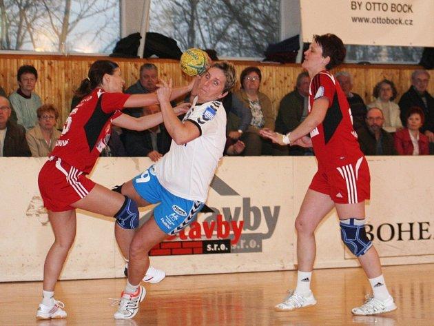 Házenkářky Veselí si poradily i s loňským slovenským mistrem. Fleková (u míče) střílí jeden z gólů.