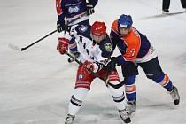 Hodonínští hokejisté (v modrém), které poprvé vedl nový trenér Lubomír Oslizlo, porazili v šestnáctém kole druhé ligy poslední Karvinou 5:3.