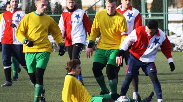 Mutěnický záložník Lukáš Koplík (uprostřed ve žlutém) se ve druhém poločase zápasu s Moravskou Slavií Brno ocitl na zemi. Vinaři z trestného kopu neskórovali.