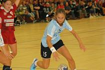 Mladá veselská spojka Jana Šustková (v modrém dresu) odehrála proti Šaľe výborné utkání. Ani deset branek mládežnické reprezentantky však panenkám k bodovému zisku nestačilo.