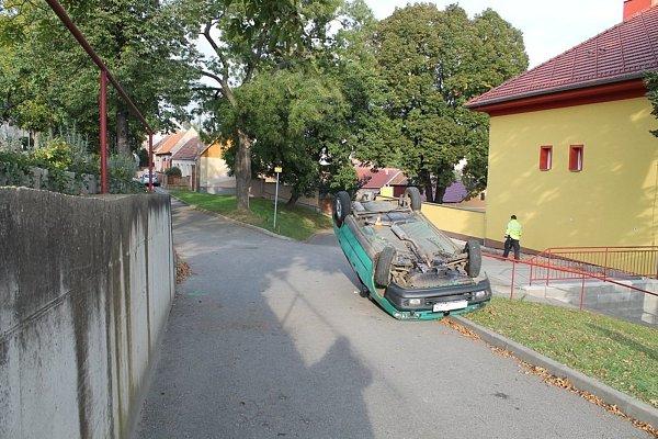 Havárie čtyřiačtyřicetiletého řidiče Škody Felicie vNásedlovicích.