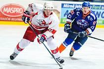 Hodonínští hokejisté (v modrooranžových dresech) ve 21. kole přestříleli Opavu 6:4 a udrželi se na třetím místě druholigové tabulky.