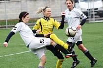 Zkušená hodonínská útočnice Alena Maršálková (ve žlutém) se velmi dobrým výkonem a jedním gólem podílela na výhře 3:2 i postupu Nesytu do další fáze Poháru komise fotbalu žen.