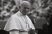 Když v listopadu 1989 fotograf František Sysel odjížděl do Vatikánu na svatořečení Anežky České, ještě pořád nevěřil tomu, že se mu podařilo, aby ho režim pustil na Západ. Když se vracel, přijel už do nové doby.