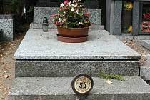 Z hodonínského hřbitova mizí v poslední době litinové a plechové cedulky s číselným označením hrobů.