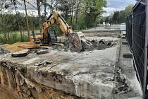 Silničáři opravují most na I/55 u Hodonína přes struskovod. První polovinu mostu už zbourali.