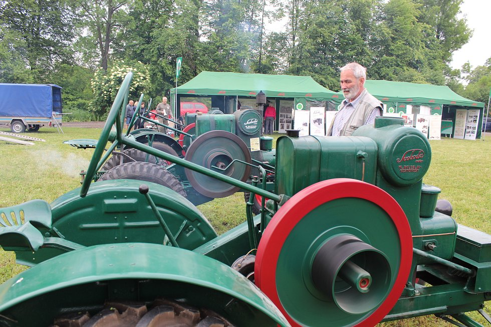 V Petrově se konaly oslavy 80 let Baťova kanálu. Při té příležitosti se uskutečnila i výstava historických traktorů, které v minulosti tahaly lodě.