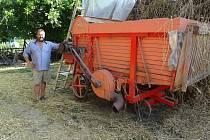 František Pavlica sklízí žito jako před 60 lety, potřebuje rovnou slámu na doškové střechy. Je jediný v republice.