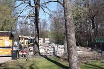 Zbouráním staré provozní budovy v hodonínské ZOO začaly stavební práce na výstavbě moderní nové budovy.