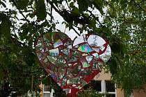 Ke Dni matek vykvetl u mateřské školy strom Láskovník, na kterém visí srdíčka z lásky.