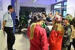 Letošní ročník Noci s Andersenem měl jako hlavní téma Detektiva Vrťapku. I proto se vydaly tři desítky dětí, které se zúčastnily akce v hodonínské městské knihovně na služebnu státní i městské policie.