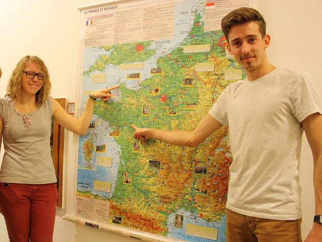 Francouzští lektoři Simon Michel (vpravo) a Cassy Pesnel.