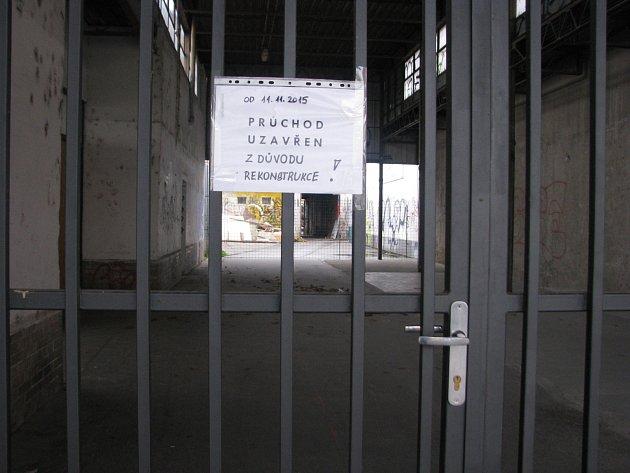 Průchod ze Sadové ulice na Národní třídu je zavřený.
