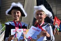 Kyjovské mažoretky slavily úspěch na chorvatském mistrovství světa. Nalevo Zuzana Poláčková a napravo Simona Kršková, které zvítězily v kategorii dvojic.