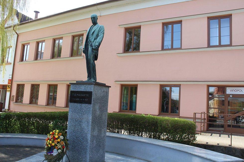 Masarykova socha v centru Čejkovic.