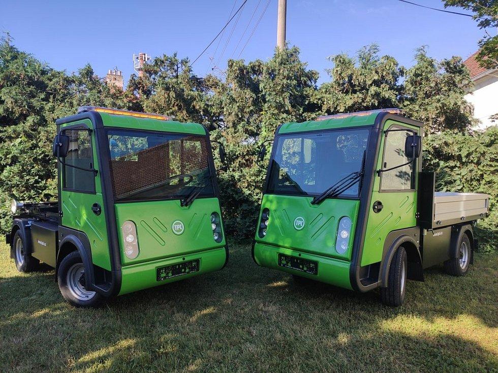Nové elektromobily v Kyjově, multikáry s kontejnerovým nosičem a třístranným sklápěčem.