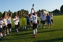 Fotbalisté rezervy Dubňan (v bílých dresech) si ve finále Okresního poháru poradili s Vlkoší.