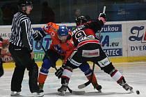 Hokejisté Hodonína (oranžovomodré dresy) porazili v derby brněnskou Techniku 5:3 a před posledním zápasem základníi části se vrátili na čtvrté místo tabulky.