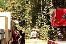 Popadané stromy uzavřely ve středu dopoledne cestu u hodonínské zoologické zahrady.