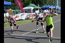 Mladá veselská závodnice Lucie Korvasová (vpravo) získala na mistrovství České republiky v in-line rychlobruslení na silničním okruhu v Otrokovicích stříbrnou medaili.