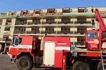 V hodonínském S-centru zasahují hasiči ze Středočeského kraje či Ostravska. Vyklízejí tornádem zdemolovanou budovu.