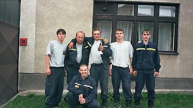 Dobrovolní hasiči z Archlebova s pohárem pro vítěze.