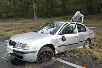 Škoda Octavia se mezi Dubňany a Hodonínem přetočila přes střechu a skončila mimo silnici.