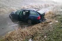 Na Nový rok skončil řidič s osobním autem v říčce Velička mezi Strážnicí a Vnorovy.