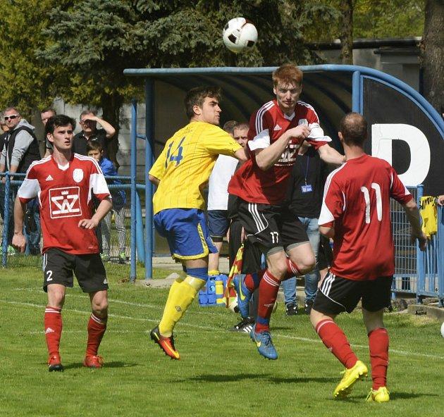 Fotbalisté Blatnice (v červených dresech) na hřišti poslední Břeclavi zahodili několik vyložených šancí a v první A třídě nakonec vysoko prohráli 1:4.