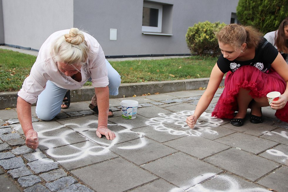 Malování ornamentů se zúčastnili žáci základní školy a laická veřejnost pod vedením zkušených maléreček.