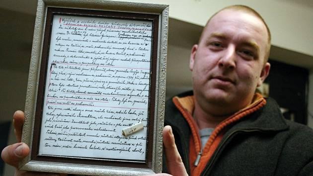 Zbytek cigarety je uchován i s listem deníku, ve kterém se o píše o tom, kdo ji vykouřil.